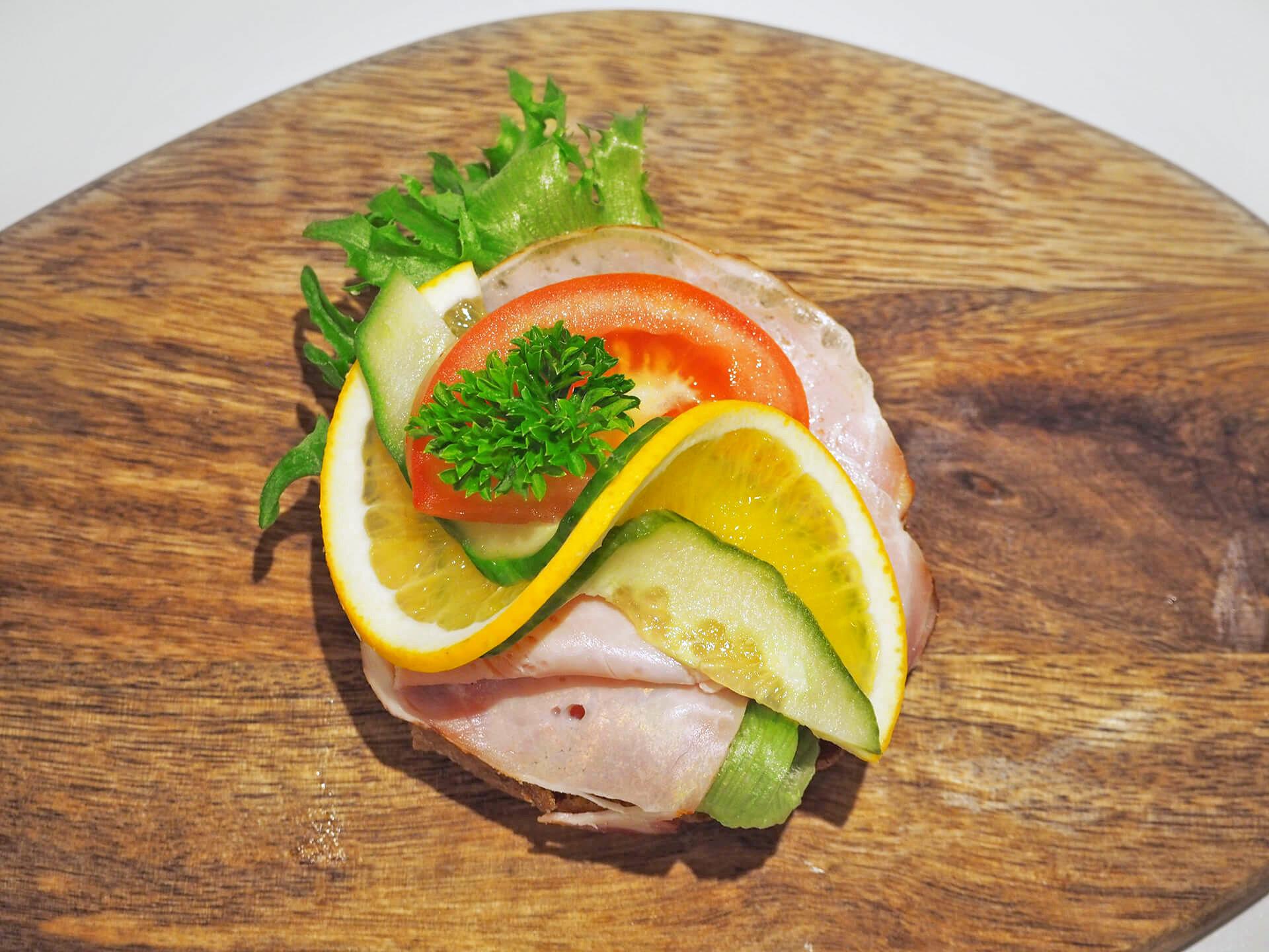Rundstykker - Røkt svinekam m/ italiensk salat